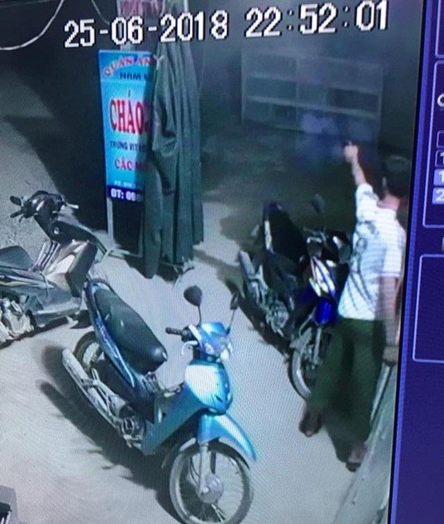 Hình ảnh Trưởng Công an xã Thọ Trường nổ súng vào đám đông (Ảnh cắt từ clip).