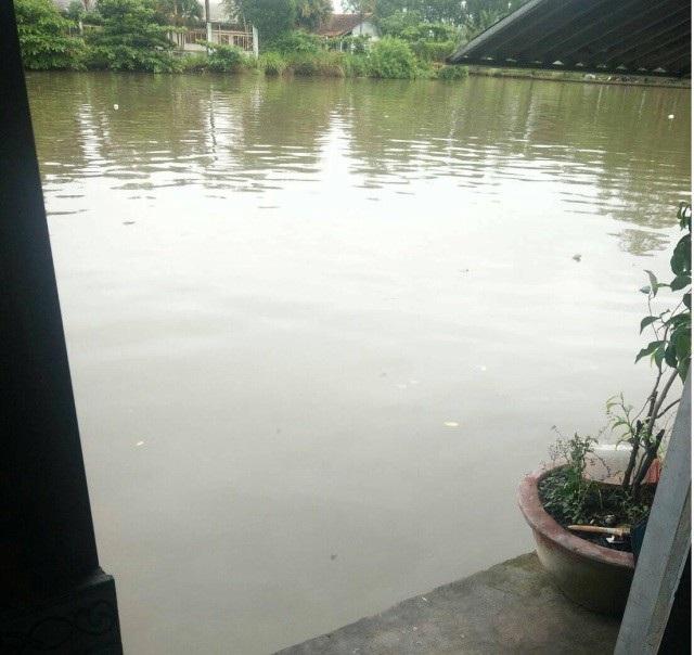 Phía sau quán nhậu có một con sông. (Ảnh: CTV)