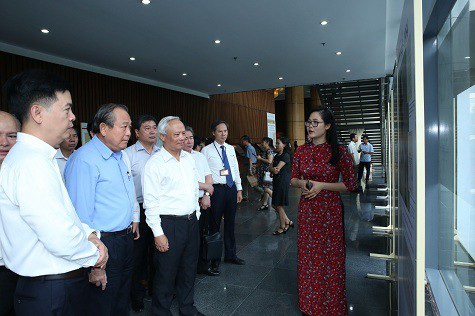 Phó Thủ tướng Trương Hòa Bình và các đại biểu nghe giới thiệu về việc điều chỉnh địa giới hành chính qua các thời kỳ (Ảnh: VGP)