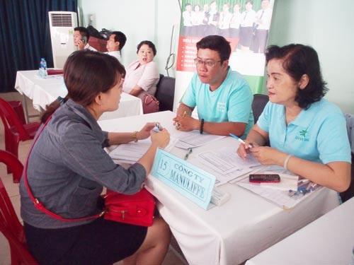 Người lao động phỏng vấn trực tiếp cùng doanh nghiệp tại sàn việc làm sáng 8-8