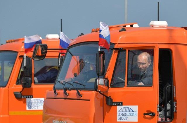 Tổng thống Putin lái xe thông cầu nối Nga - Crimea tại lễ khánh thành (Ảnh: Reuters)