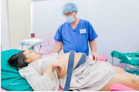 Bác sĩ William – Bác sĩ sản khoa hàng đầu tại Bệnh viện ĐKQT Thu Cúc, người trực tiếp đỡ đẻ cho chị Ngoan