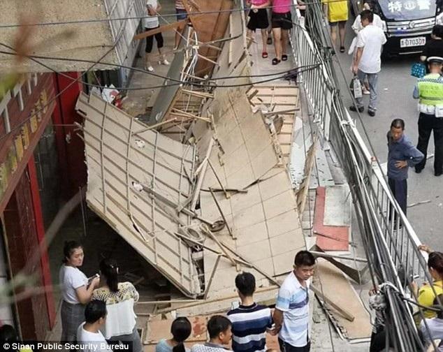 Biển quảng cáo dài 6m rơi xuống đầu người đi bộ tại Trung Quốc (Ảnh: Dailymail)