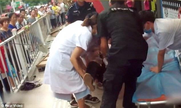 Nhân viên cúu hộ đưa người bị thương tới bệnh viện (Ảnh: Pear Video)