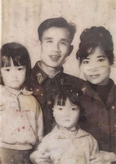 Hình ảnh Vân Dung cùng bố mẹ và chị gái thuở xưa.