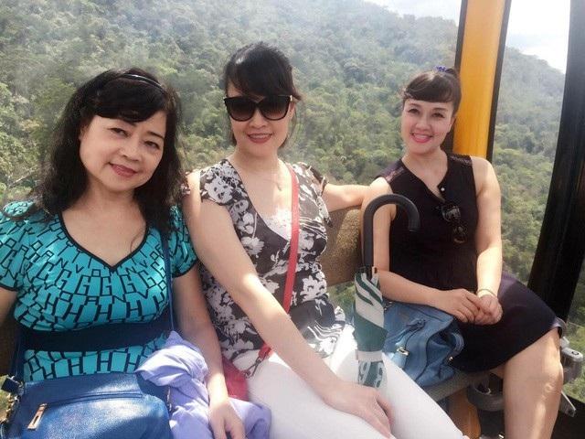Vân Dung cùng mẹ và chị gái khi đã trưởng thành.
