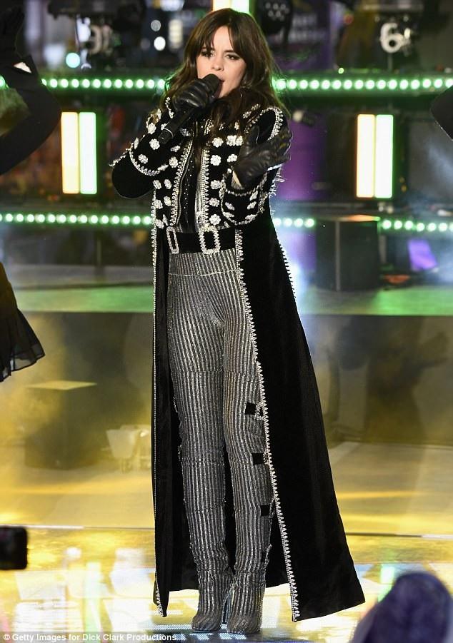 """Tiết mục của diva Mariah Carey được chờ đợi nhất chương trình. Ngoài ra, còn có các tiết mục của các nghệ sĩ khác. Trong ảnh là nữ ca sĩ Camila Cabello, cô thể hiện bản hit """"Havana""""."""