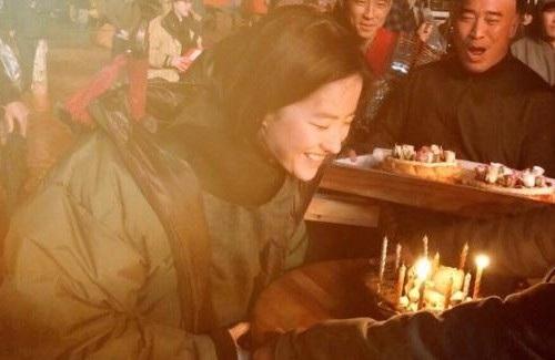 """Lưu Diệc Phi mừng sinh nhật tuổi 31 trên phim trường """"Hoa Mộc Lan"""""""