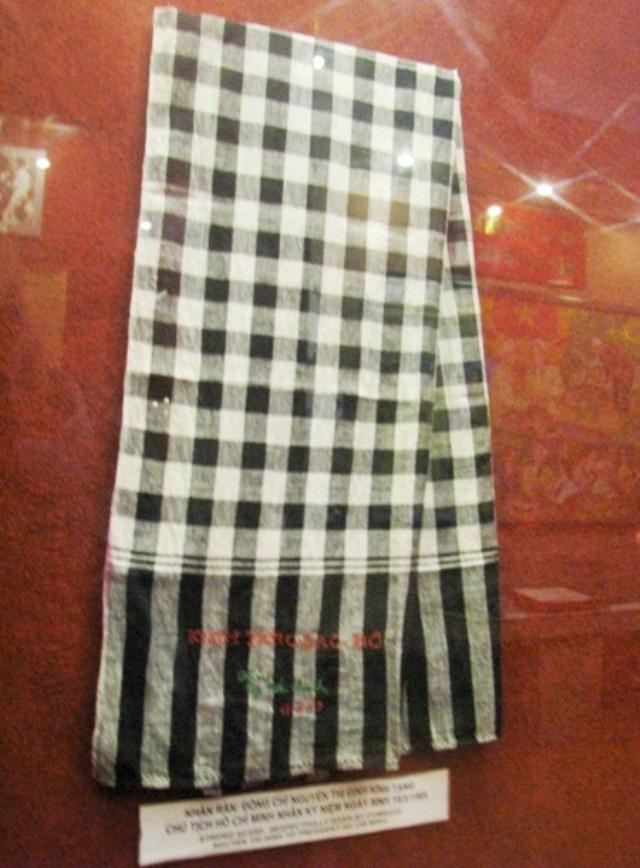 Chiếc khăn rằn mà đồng chí Nguyễn Thị Định kính tặng Bác Hồ.