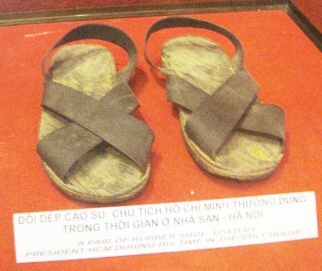 Đôi dép cao su Bác Hồ thường dùng trong thời gian ở nhà sàn- Hà Nội.