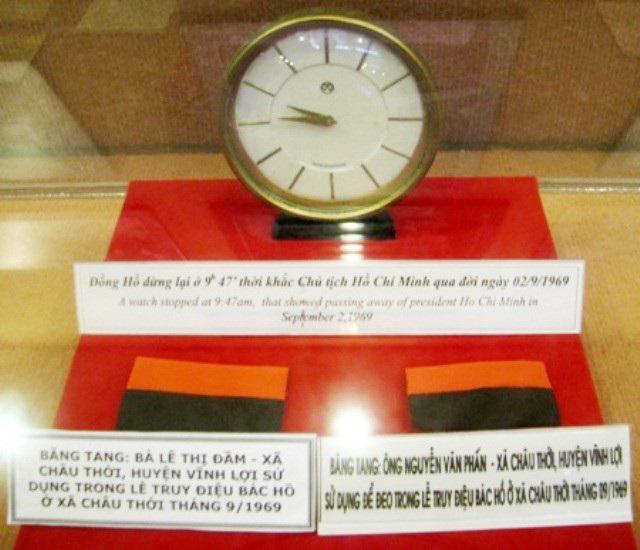 Đồng hồ dừng lại ở 9h 47phút, thời khắc Chủ tịch Hồ Chí Minh qua đời ngày 2/9/1969. Bên dưới là những băng tang mà người dân huyện Vĩnh Lợi (tỉnh Bạc Liêu) sử dụng trong lễ truy điệu Bác vào tháng 9/1969.