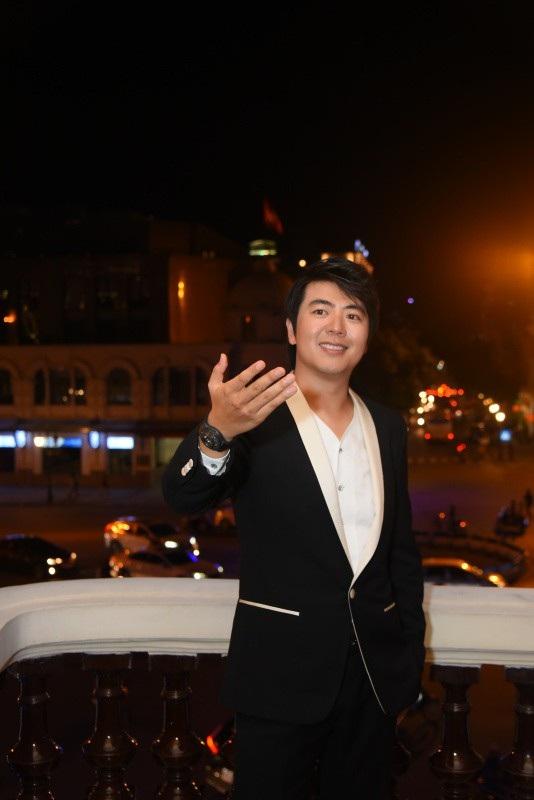 Đứng bên ban công Nhà hát Lớn, Lang Lang có những cảm xúc đặc biệt về Hà Nội sau 15 năm trở lại.