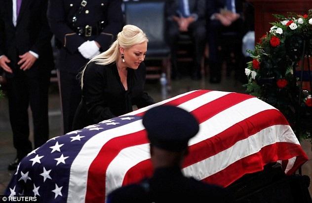 Con gái ông McCain, cô Meghan McCain, không thể kiềm chế cảm xúc đau buồn, bật khóc giữa lễ viếng.