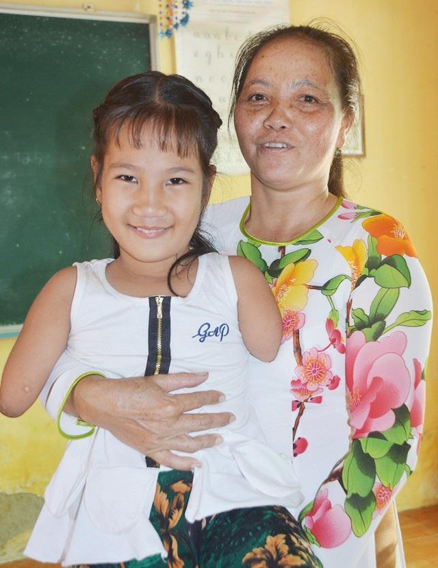 Cô Thanh Thúy với em học sinh bị khuyết tật Trần Thị Hiếu Thảo.