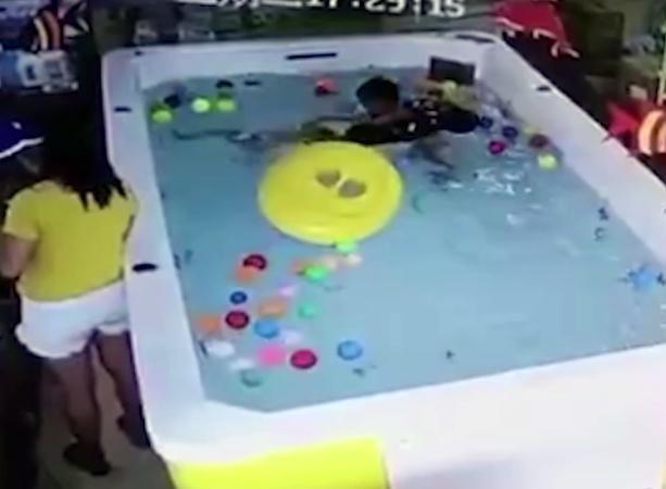 Bé gái ngã ra khỏi phao và chỉ có cậu bé cùng bể phát hiện