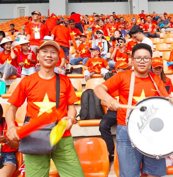 Rực sắc đỏ của cổ động viên Việt Nam tại sân Pakansari - 13