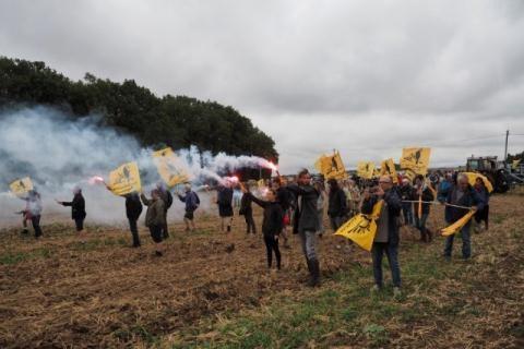 Những nông dân tham gia cuộc biểu tình hôm 29/8 trên một cánh đồng ở làng Murs. Ảnh: Epoch Times