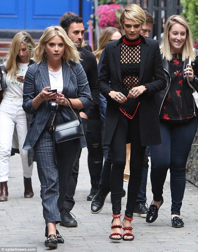 Siêu mẫu Cara Delevingne và diễn viên Ashley Benson vui vẻ cùng nhau rời 1 nhà hàng ở Toronto, Canada sau bữa tối ngày 9/9