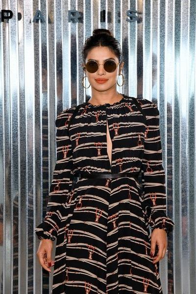 Priyanka Chopra sau đó 1 mình dự show diễn của Longchamp tại New York Fashion Week