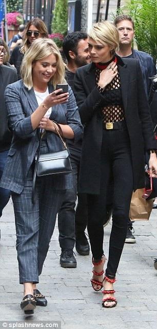 Cara Delevingne và Ashley Benson đã bị bắt gặp ôm nhau tình tứ tại sân bay hồi tháng trước
