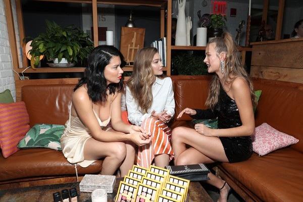 Ba siêu mẫu Adriana Lima, Gigi Hadid, Josephine Skriver đều là thiên thần của hãng Victorias Secret