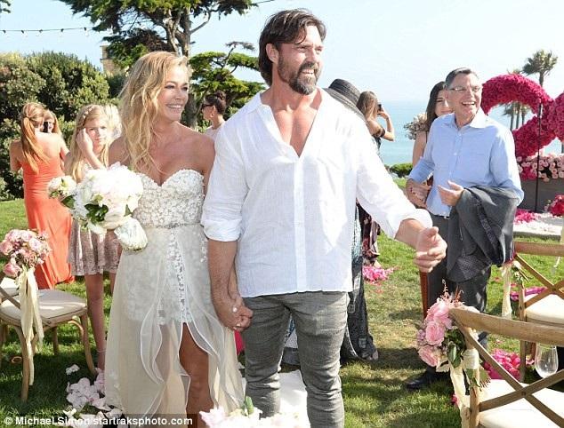 Đám cưới tổ chức bên bãi biển với các khách mời là bạn bè thân thiết