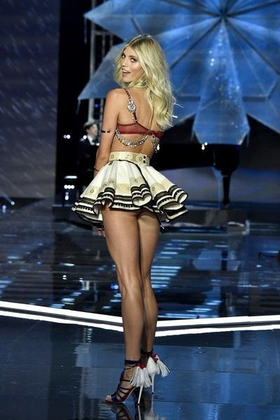 Siêu mẫu 24 tuổi, cao 1,8m tới từ Mỹ Devon Windsor tiếp tục được trình diễn cho Victorias Secret. Devon trình diễn lần đầu cho nhãn hiệu này vào năm 2013. Cô từng là gương mặt quảng cáo của nhiều nhãn hiệu như Forever 21, The Frye Company, Amazon Fashion, H&M, Express, Balmain...