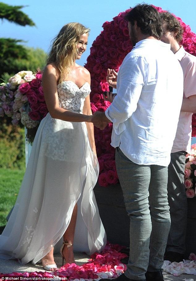 Richards và Aaron Phypers, chồng cũ của nữ diễn viên Nicollette Sheridan mới hẹn hò từ tháng 12 năm ngoái