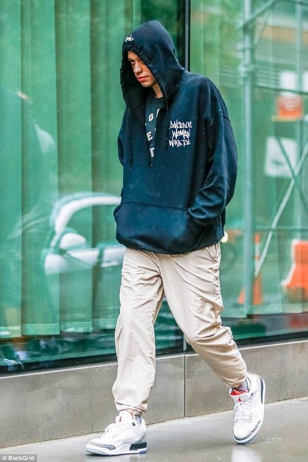 Pete Davidson - bạn trai hiện tại của Ariana Grande xuất hiện một mình tại New York, ngày 9/9.