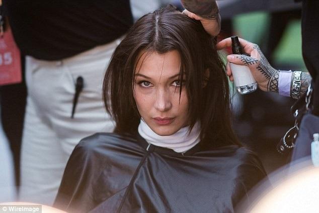 Siêu mẫu Bella Hadid trong phòng trang điểm