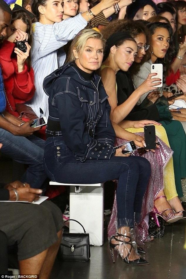 Mẹ của chị em Gigi - người mẫu Yolanda Hadid đi cổ vũ các con