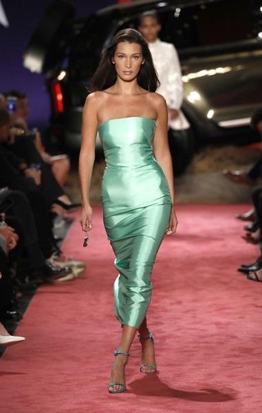 Cùng tham gia show diễn này có siêu mẫu Bella Hadid