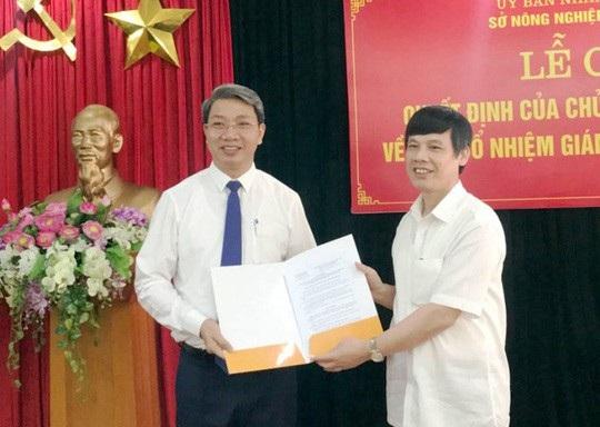 Ông Nguyễn Đình Xứng, Chủ tịch UBND tỉnh Thanh Hóa trao quyết định bổ nhiệm Giám đốc Sở NN-PTNT Thanh Hóa cho ông Lê Đức Giang