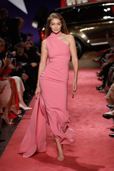 Gigi Hadid sải bước như công chúa