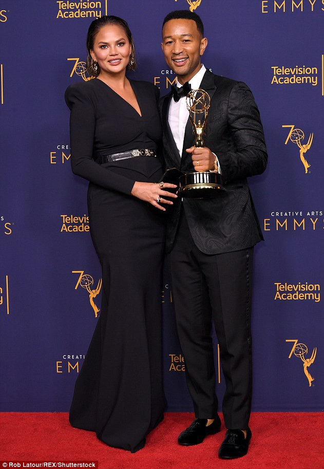 Vợ chồng John Legend - Chrissy Teigen đẹp đôi trên thảm đỏ