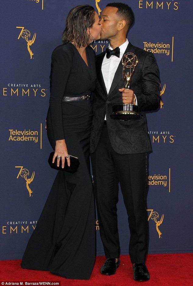 Ca sỹ John Legend nhận giải Emmy sáng tạo nghệ thuật trong vai trò nhà sản xuất cho show diễn Jesus Christ Superstar của anh.