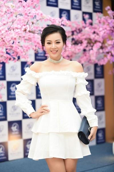 """Mới đây, Thanh Hương- người đang gây chú ý với vai """"Lan cave"""" trong phim về đề tài gái mại dâm """"Quỳnh búp bê"""" tham dự một sự kiện về làm đẹp tại Hà Nội. Nữ diễn viên thu hút sự chú ý với đầm trắng hở vai, rạng rỡ, trẻ trung hơn nhiều hình ảnh trong phim."""