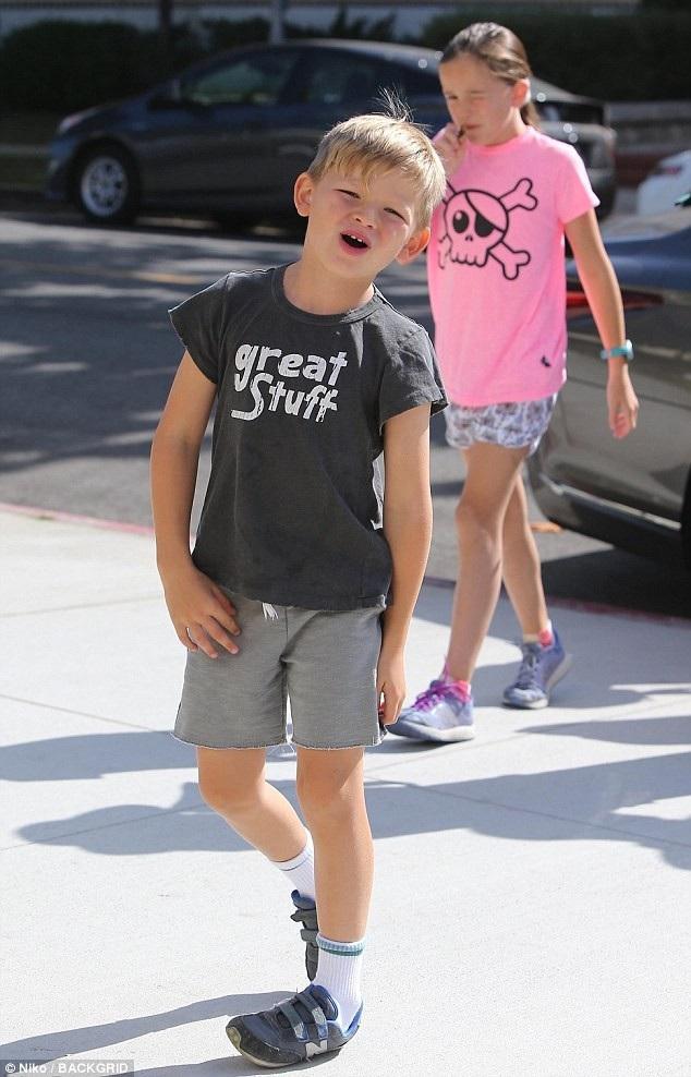 Hai bé Samuel và Seraphina theo mẹ tới nhà thờ ở Los Angeles, Mỹ.