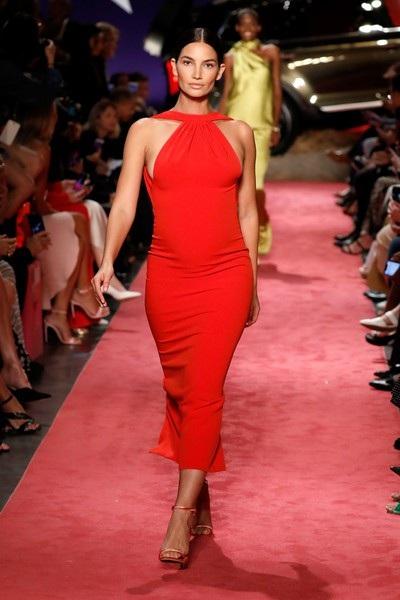 Người đẹp Mỹ rực rỡ trong bộ váy đỏ ôm sát gợi cảm. Siêu mẫu áo tắm đang mang thai đứa con thứ 2 chừng 5 tháng và cô vẫn rất thon thả xinh đẹp