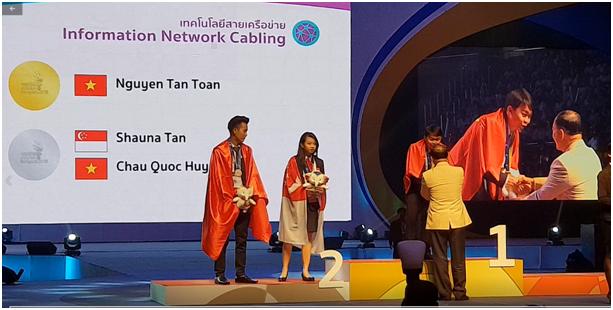 Sinh viên Nguyễn Tấn Toàn, Trường Đại học Sư phạm Kỹ thuật Vĩnh Long nhận Huy chương Vàng nghề Information Network Cabling tại hội thi ASEAN 2018, Bangkok, Thái Lan.