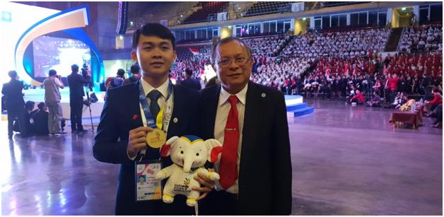 PGS.TS Cao Hùng Phi và SV Nguyễn Tấn Toàn tại Kỳ thi Tay nghề ASEAN lần thứ 12.