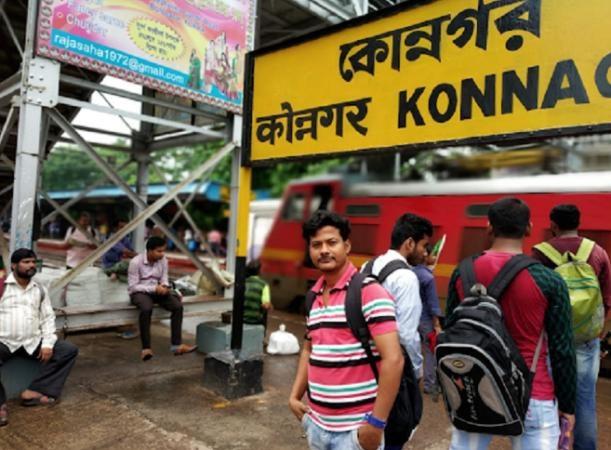 Ngày nào anh cũng ra ga Konnagar tìm kiếm