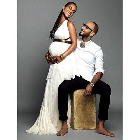 """Nhân dịp kỷ niệm 4 năm ngày cưới, Alicia Keys đã tranh thủ chia vui với người hâm mộ bằng dòng thông điệp ngọt ngào rằng: """"Chúc mừng ngày kỷ niệm tình yêu của đời tôi. Và để khiến cho mọi thứ ngọt ngào hơn, chúng tôi quả thực rất may mắn khi có thêm một thiên thần nhỏ đang trên đường tới đây!!"""""""