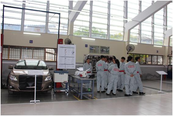 Sinh viên Trường Đại học Sư phạm Kỹ thuật Vĩnh Long thực tập tại xưởng trường theo tiêu chuẩn Nhật Bản.
