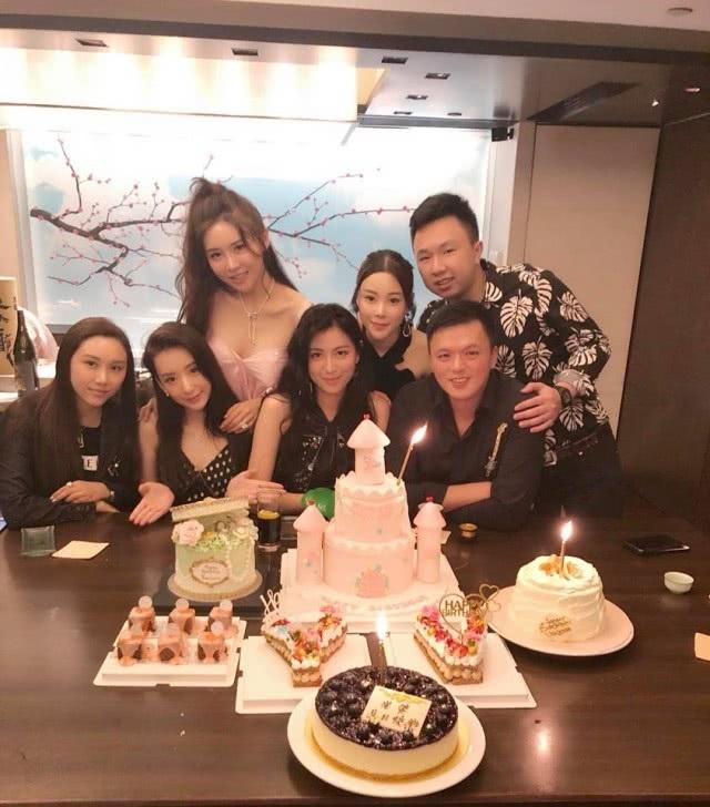 Fan Yang tham dự sinh nhật của một cô bạn thân. Được biết, ông xã Quách Phú Thành của cô cũng có mặt tại sự kiện này nhưng hai người không chụp ảnh chung cùng nhau.