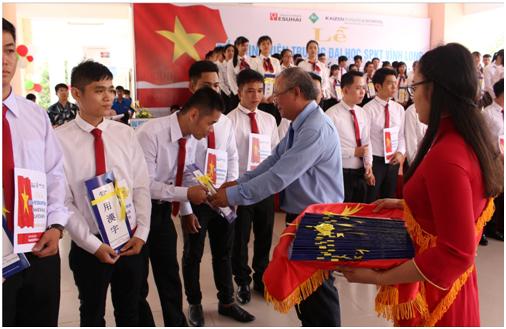 PGS.TS. Cao Hùng Phi, Hiệu trưởng Nhà trường tiễn 81 SV lên đường thực tập sinh tại Nhật Bản.