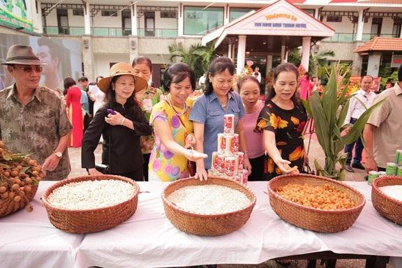 Người tiêu dùng hào hứng tham quan triển lãm các nguyên liệu tươi ngon, bổ dưỡng để làm nên các sản phẩm an toàn, tiện ích của nhà máy cháo sen bát bảo Minh Trung
