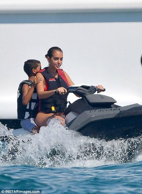 Georgina Rodriguez thân thiết với con riêng của bạn trai