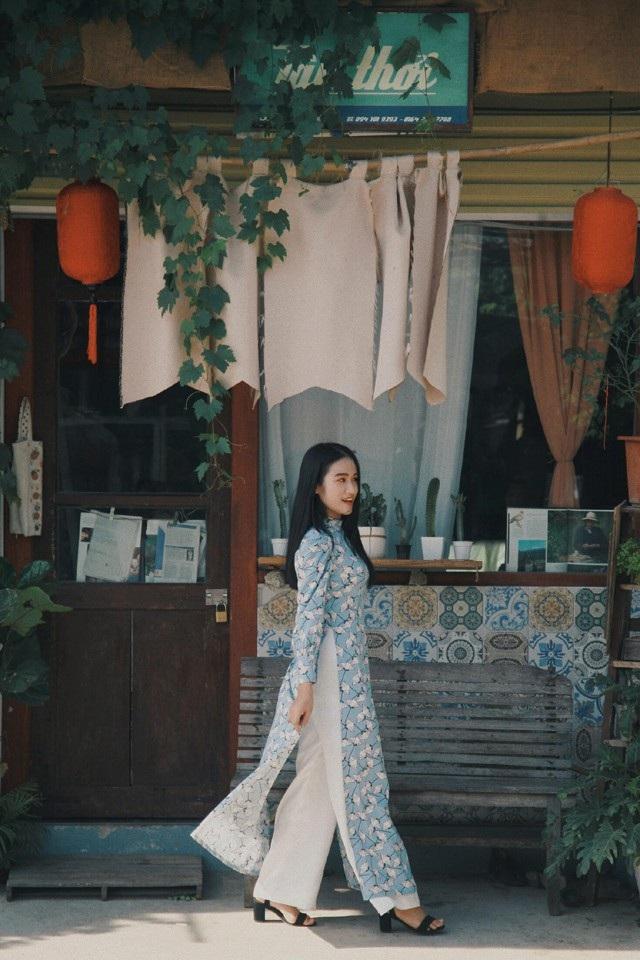 Thoạt nhìn, chiếc áo dài nhuốm màu xưa cũ, gợi nhớ về những thiếu nữ Hà Thành dịu dàng, trong trẻo.