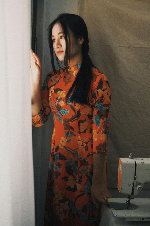 Hiện Lê Ngọc là học sinh lớp 12 Trường THPT Huỳnh Thúc Kháng, TP Vinh, Nghệ An. Cô bạn đã từng gây chú ý trên mạng xã hội khi cover bản hit Xin đừng lặng im của Sobin Hoàng Sơn bằng làn điệu dân ca ví dặm
